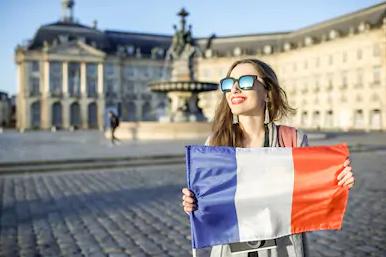 femme tenant un drapeau français